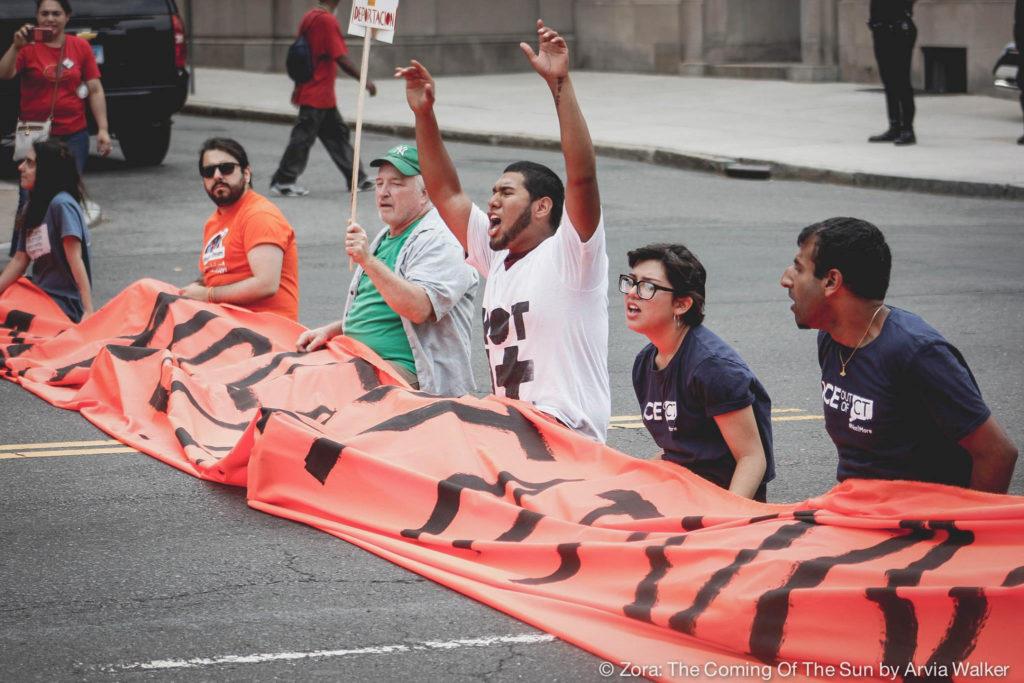 Manifestantes Bloqueiam a Main Street em Hartford Contra a Resolução Sobre Imigração
