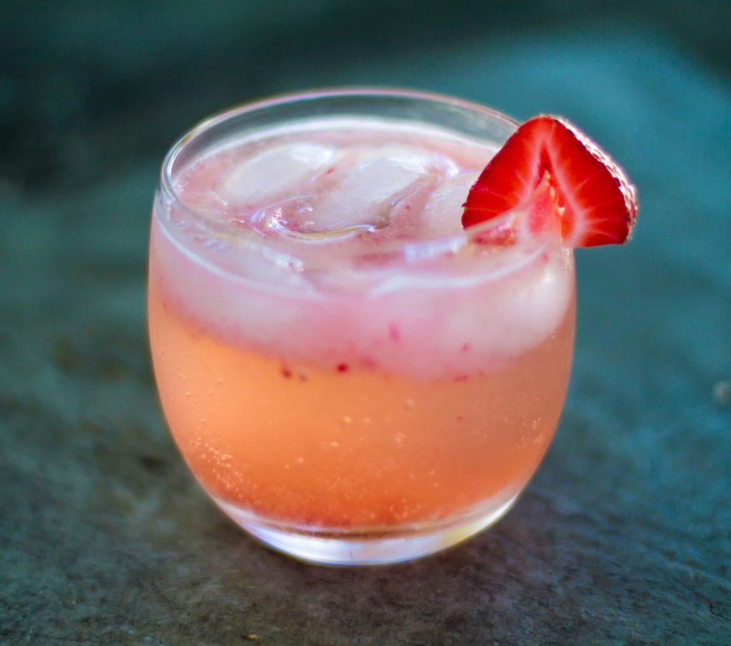 Bebida Gasosa de Licor de Sabugueiro, Morango e Gin