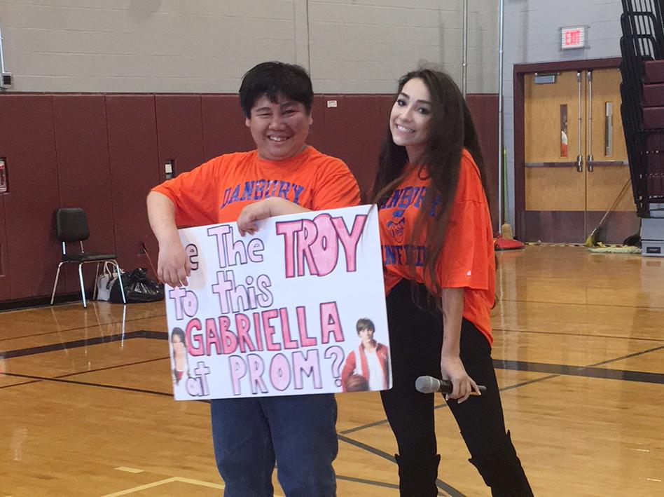 Alunos da Danbury High School Organizam Baile de Formatura Para Adolescentes Com Necessidades Especiais