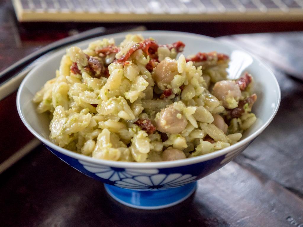Salada de Orzo com Pesto de Brotos de Alho