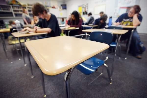Vigilância Estatal: Escolas Mantêm Muitos Estudantes em Casa sem o Aval dos Médicos