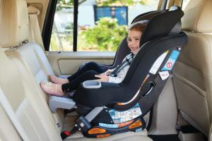 Crianças e bebês devem andar em assentos de carro voltados para trás o maior tempo possível.