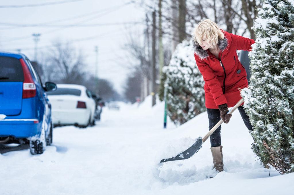 Dicas ao Limpar a Neve com a Pá para Ajudar a PREVENIR UMA Lesão