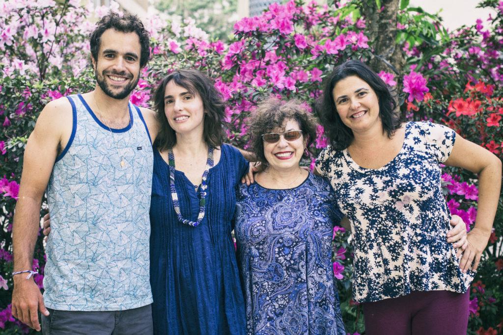 Marco Amselem, fundador da Pasokin, ao lado de suas irmãs, Erika e Cristiana, e sua mãe, Yonne.