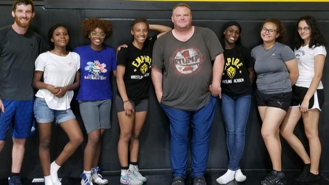 Meninas que Praticam Esportes Intensos na Juventude – Futebol e Wrestling
