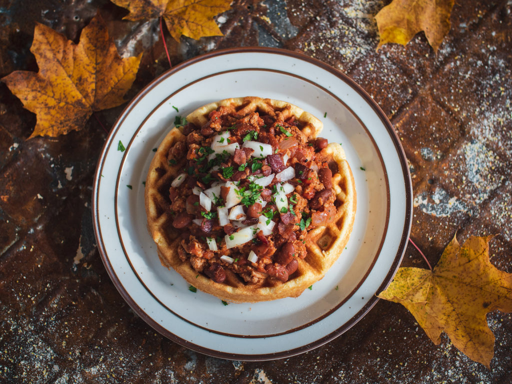Chili com Maple, Bacon e Bourbon no Waffle de Pão de Milho